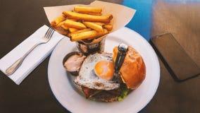 Comida perfecta de la hamburguesa en un restaurante del heavy fotos de archivo libres de regalías