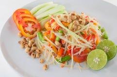 Comida picante tailandesa de Isan del Tum del som Servicio tailandés de la ensalada de la papaya del primer con las verduras Fotos de archivo libres de regalías
