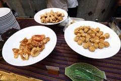 Comida picante tailandesa en la placa del abastecimiento de la comida fría preparada Foto de archivo libre de regalías