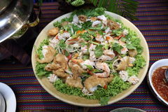 Comida picante tailandesa en la placa del abastecimiento de la comida fría preparada Imagen de archivo libre de regalías