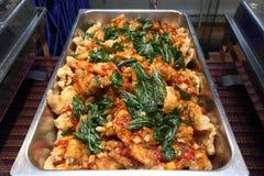 Comida picante tailandesa en la placa del abastecimiento de la comida fría preparada Imagen de archivo