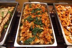 Comida picante tailandesa en la placa del abastecimiento de la comida fría preparada Foto de archivo
