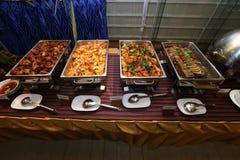 Comida picante tailandesa en la placa del abastecimiento de la comida fría preparada Fotos de archivo