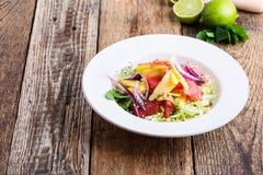 Comida planta-basada sana, ensalada con el mango, pomelo y col imagen de archivo