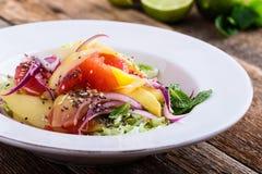 Comida planta-basada sana, ensalada con el mango, pomelo y col imagen de archivo libre de regalías