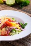 Comida planta-basada sana, ensalada con el mango, pomelo y col foto de archivo