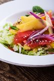 Comida planta-basada sana, ensalada con el mango, pomelo y col imagenes de archivo