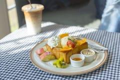 Comida popular de la tostada de la miel en la tabla Imágenes de archivo libres de regalías