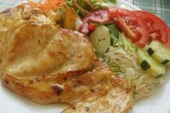 Comida/prendedero y ensalada sanos del pollo Foto de archivo libre de regalías