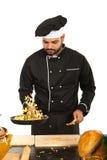 Comida preparada masculina del cocinero Fotografía de archivo libre de regalías
