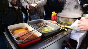 Comida preparada que espera de la gente para, comiendo y hablando, Belo Blato, Vojvodina, Serbia, el 12 de marzo de 2017 almacen de video