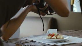 Comida profesional del lanzamiento del fotógrafo en restaurante almacen de metraje de vídeo