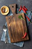 Comida que cocina concepto Tablero de madera de la cocina del vintage, cubiertos y pimienta roja sobre servilleta imagen de archivo