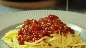 Comida que diseña y que cocina los espaguetis boloñés en la cocina almacen de metraje de vídeo