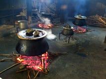 Comida que es cocinada en calderas Imagen de archivo libre de regalías