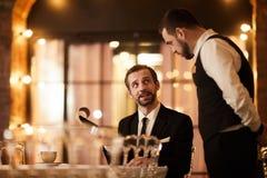 Comida que ordena del cliente en restaurante imagenes de archivo