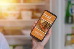 Comida que ordena en línea por smartphone Imagen de archivo libre de regalías