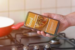 Comida que ordena en línea por smartphone Imagen de archivo