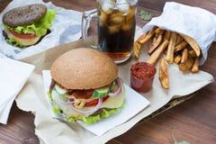 Comida rápida con las fritadas y los gamburgers foto de archivo libre de regalías