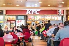 Comida rápida de la consumición de la gente del restaurante de KFC Fotos de archivo libres de regalías