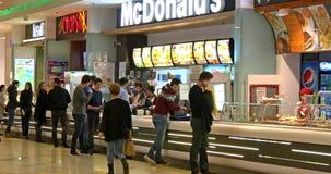 Comida rápida de la consumición de la gente del restaurante de McDonald's almacen de video