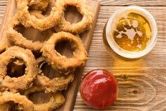 Comida rápida tradicional - anillos de cebolla con la cerveza Imágenes de archivo libres de regalías