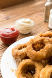 Comida rápida tradicional - anillos de cebolla con la cerveza Imagen de archivo libre de regalías