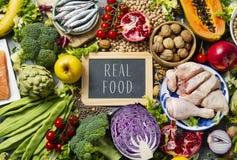 Comida real de las frutas, de las verduras, de los pescados, de la carne y del texto imagenes de archivo