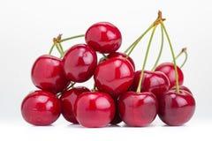 Comida roja de la cereza de la baya aislada en blanco, jugoso fotografía de archivo libre de regalías