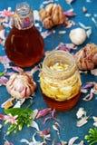Comida sana, ajo en miel de la abeja Imagen de archivo libre de regalías