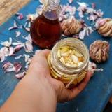 Comida sana, ajo en miel de la abeja Fotografía de archivo