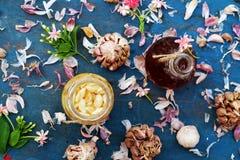 Comida sana, ajo en miel de la abeja Imágenes de archivo libres de regalías