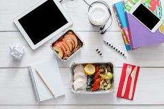 Comida sana, almuerzo en caja de la hoja en la tabla del estudiante, dieta Imagen de archivo libre de regalías