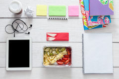 Comida sana, almuerzo en caja de la hoja en la tabla del estudiante, dieta Imágenes de archivo libres de regalías