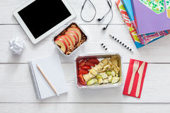Comida sana, almuerzo en caja de la hoja en la tabla del estudiante, dieta Foto de archivo