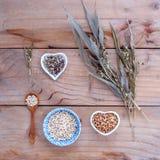 Comida sana, arroz entero orgánico en el cuenco, pizca del mijo de los granos imágenes de archivo libres de regalías