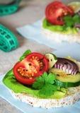 Comida sana - bocadillos, tortas de arroz con la lechuga, tomate, cucu Foto de archivo libre de regalías