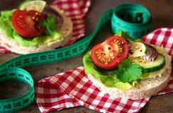Comida sana - bocadillos, tortas de arroz con la lechuga, tomate, cucu Fotografía de archivo libre de regalías