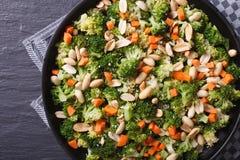 Comida sana: Bróculi con la opinión superior horizontal del primer de los cacahuetes Imagen de archivo