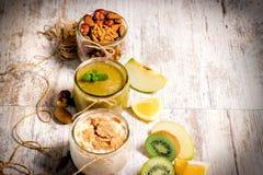comida sana - comida de la avena, smoothie verde y nueces Imagen de archivo