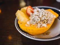 Comida sana con la papaya, el granola y la piña Foto de archivo