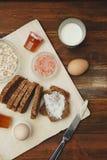 Comida sana de la aptitud del desayuno Huevos, pan, mantequilla, leche Fondo de madera Endecha plana Imagen de archivo