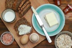 Comida sana de la aptitud del desayuno Huevos, pan, mantequilla, leche Fondo de madera Endecha plana Imagenes de archivo