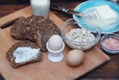 Comida sana de la aptitud del desayuno Huevos, pan, mantequilla, leche Fondo de madera Endecha plana Foto de archivo libre de regalías
