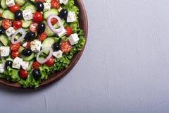 Comida sana de la ensalada griega de las verduras frescas en fondo de madera imagenes de archivo