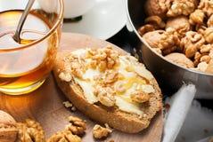 Comida sana de la tabla de Honey Walnuts Tea Stil Life de la tostada Imagen de archivo libre de regalías