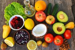 Comida sana del origen vegetal en viejo fondo de madera Concepto de nutrición apropiada fotos de archivo libres de regalías