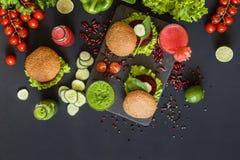 Comida sana del vegano Verduras frescas en fondo negro Dieta del Detox Diversos jugos frescos coloridos Endecha plana imagenes de archivo