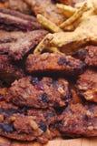 Comida sana en la placa de madera m?s cercana imagen de archivo
