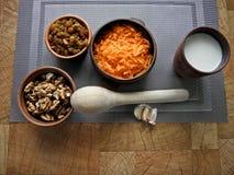 Comida sana en un plato marrón de la arcilla con una cuchara de madera en la tabla fotografía de archivo libre de regalías